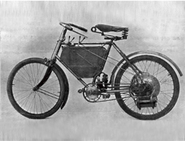 画像: 1898年に発表された最初のモーターサイクル。後輪部分にエンジンをマウントする、斬新な車体構造でした。