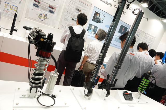 画像: バイク用として展示されていたのは、左から「EERA HEIGHTFLEX」「EERA SFF-CA」、制御用 ECU、そしてカワサキのZX-10R SEに搭載されているリアショック。
