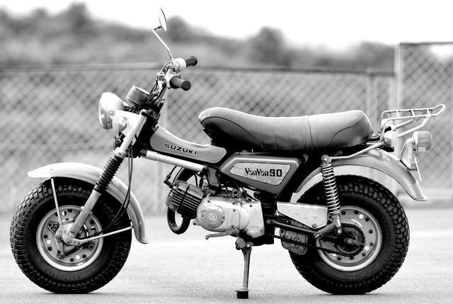 画像: 写真の74年モデルではフレームカバーのロゴが変更されたのみ。なお、前年の73年モデルからシート後端のグラブバーが装備されていない。