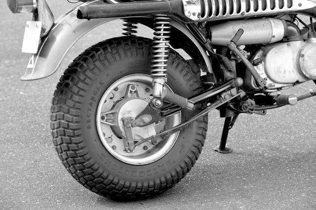 画像2: 前後に履かされた超幅広の低圧タイヤ!