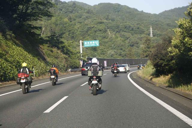 画像: この日の中央道は千里浜へ向かうライダーでいっぱい!SSTRはひとりで参加されるライダーが多いですが、みんなで一緒に走っている気持ちになりますね。