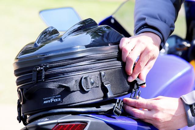 画像1: 面倒な装着とはこれでお別れ。いま多くのシートバッグに採用されている革新的な装着システム