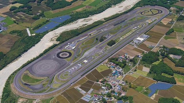 画像: 栃木県のプルービンググラウンドは1977 年に開設。全長3.9km の高速周回路や、直径110m のスキッドパッド(意図的に滑りやすくした路面)のほか、世界各国の路面を再現したコースなども設定。