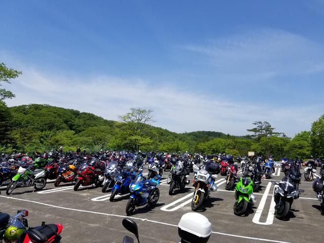 画像: スポーツランドSUGOに到着! 朝寒かったのに、バイクから降りるときは汗だく…。