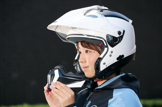 画像: チンバーは2カ所のボタンを押し込むと外れ、帽体に差し込めば自動的にロックされるのでシステムヘルメット的にも使える。