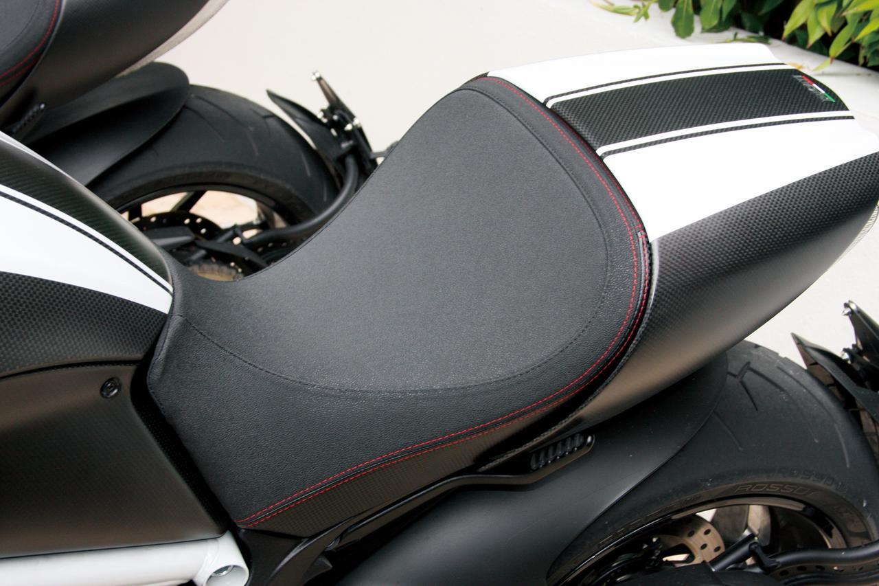 Images : 14番目の画像 - 「「こいつはクルーザーと呼ばせたくないクルーザー。その独自形が洗練され、力強く、扱いやすくなった!「DUCATI DIAVEL/CARBON」(2014年)」のアルバム - LAWRENCE - Motorcycle x Cars + α = Your Life.