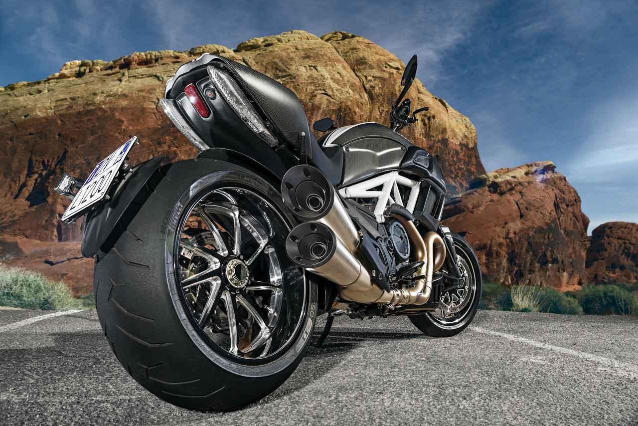 Images : 5番目の画像 - 「「こいつはクルーザーと呼ばせたくないクルーザー。その独自形が洗練され、力強く、扱いやすくなった!「DUCATI DIAVEL/CARBON」(2014年)」のアルバム - LAWRENCE - Motorcycle x Cars + α = Your Life.