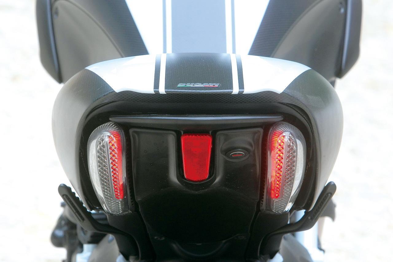 Images : 11番目の画像 - 「「こいつはクルーザーと呼ばせたくないクルーザー。その独自形が洗練され、力強く、扱いやすくなった!「DUCATI DIAVEL/CARBON」(2014年)」のアルバム - LAWRENCE - Motorcycle x Cars + α = Your Life.