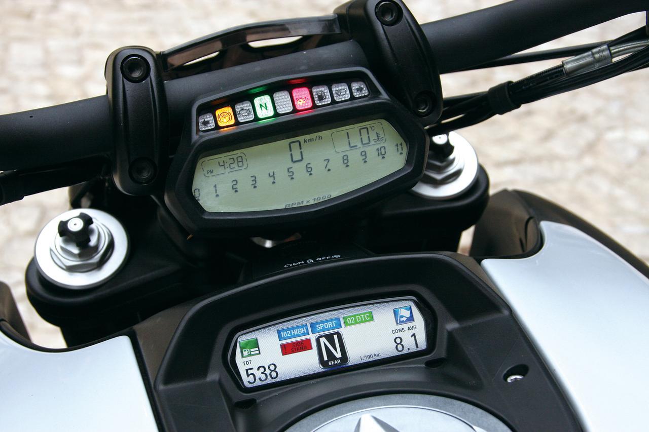 Images : 10番目の画像 - 「「こいつはクルーザーと呼ばせたくないクルーザー。その独自形が洗練され、力強く、扱いやすくなった!「DUCATI DIAVEL/CARBON」(2014年)」のアルバム - LAWRENCE - Motorcycle x Cars + α = Your Life.