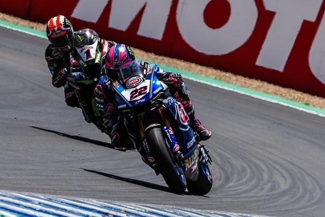 画像: レース1の終盤、ロウズvsレイ 最終ラップの最終コーナーで接触が起こってしまいます