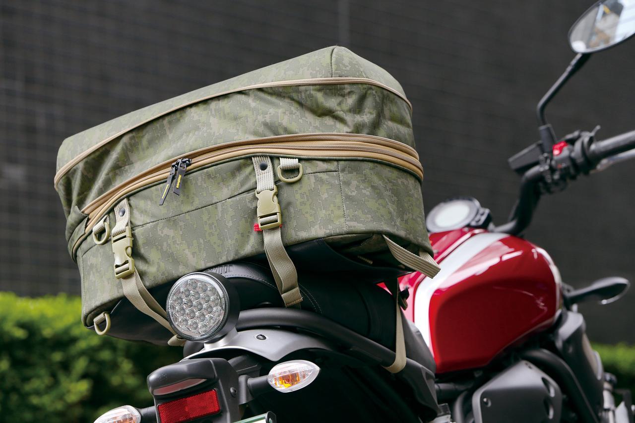 Images : 4番目の画像 - 「シンプルデザインの背負えるシートバッグ!『GOLDWIN GWM X-OVER リアバッグ39』」のアルバム - webオートバイ