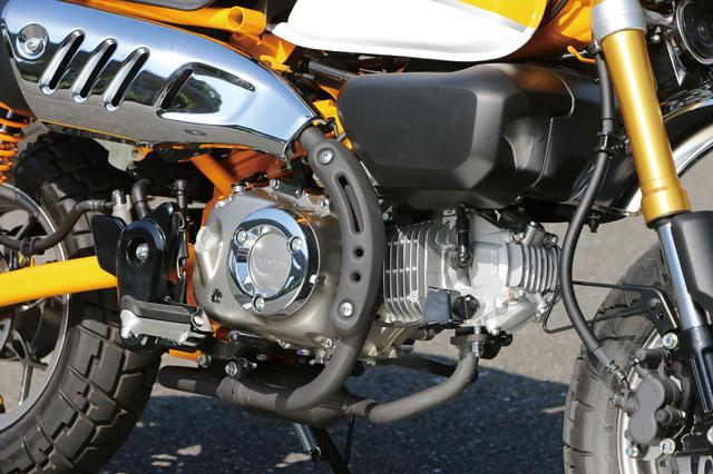 画像: 足にエンジンが触れないように、クランクケースにはメッキのリングガードを装備する。