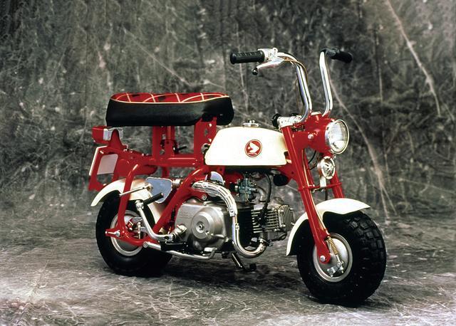 画像: ルーツは遊園地で楽しまれていた遊具 写真は初代のZ50M。実は前身となるモデルがあり、それが多摩テックに遊具として使用されていた。それを公道にて走れるように開発し、輸出用に販売。のちに国内向けに発売されたのが1967年に誕生したZ50Mだ。クルマで持ち運べるようにハンドルが折り畳める。