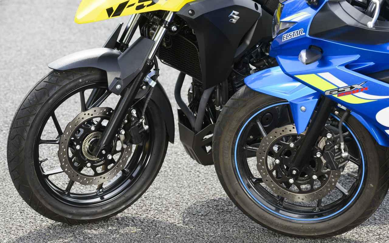 画像: GSX250R(右)の方はホイールにリムテープが巻かれていますが、ホイール、タイヤ、ブレーキ、フロントフォークまで一緒なんです。Vストローム250ABS(左)は、その名の通りABS標準装備。ABSを搭載していない「Vストローム250」も展開されています。
