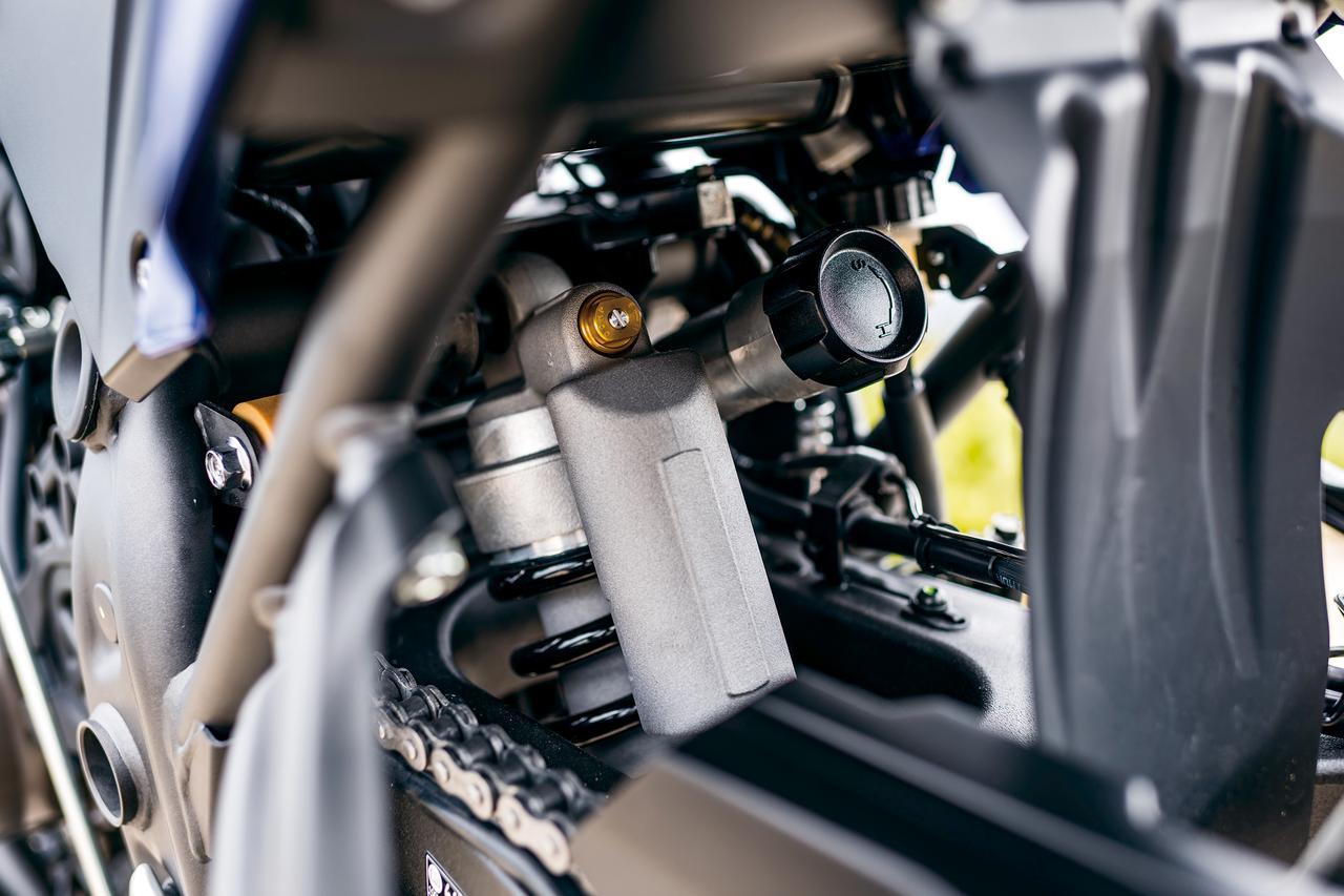 画像: リアサスはダンパーとプリロードを調整可能。体重85㎏のテスターだと、標準より4ノッチプリロードをかけた方がオフロードでの安定性が上がった。