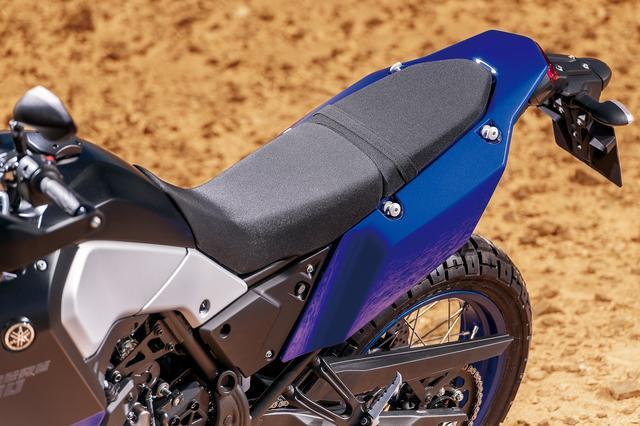 画像: オフロードバイクを意識してスリムに設計されたシートは、こう見えて2分割タイプで、後ろ側はキーで取り外しができる。