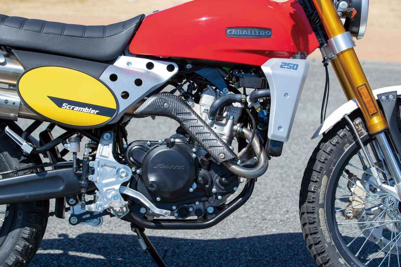 画像: 水冷単気筒エンジンは25HPを発揮。エキパイのヒートガードはドライカーボン製を採用。