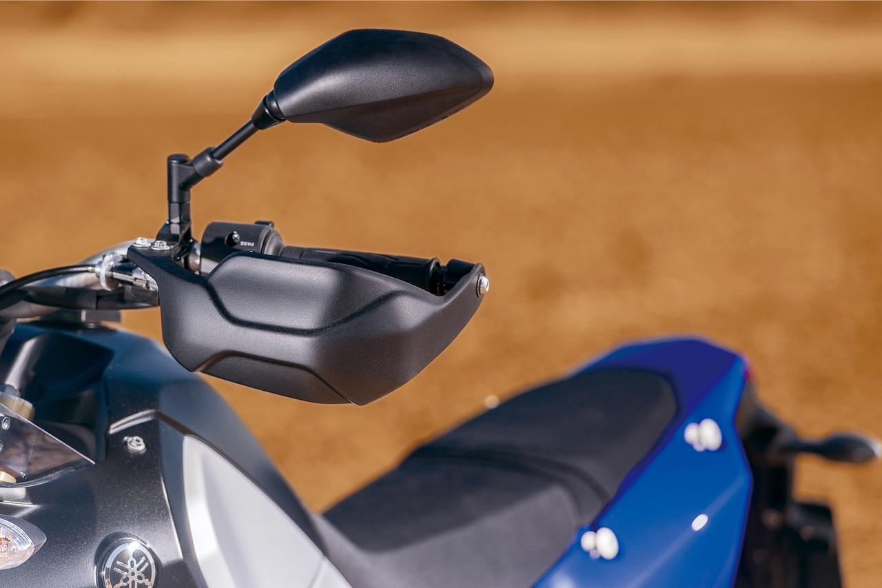 画像: いまやこのクラスでは標準装備ともいうべきアイテムであるハンドガードを装着。ミラーはMTシリーズのものにも似た形状。