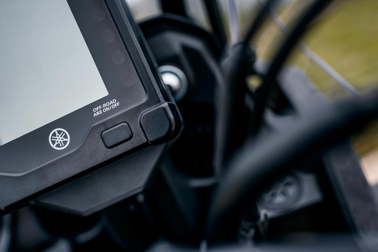 画像: 停車時にブレーキを解放状態でスイッチを長押しするだけで前後のABSが切れ、モニターには「エンデューロ」の文字が出る。