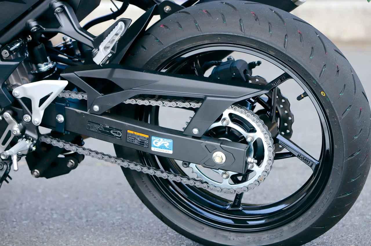 画像: リンク式のリアショック、ラジアルタイヤ採用と足回りはハイクオリティ。ホイールはニンジャ譲りの星型5本スポークだ。