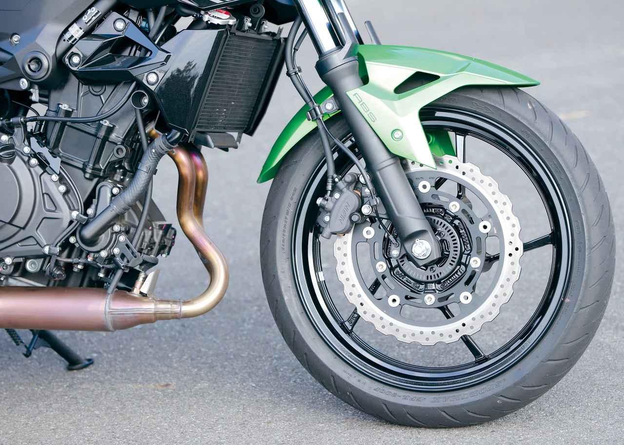 画像: がっちりした41㎜径の正立フォークを採用。ブレーキは310㎜の大径ローターを装備、タイヤもラジアルと足回りは豪華。