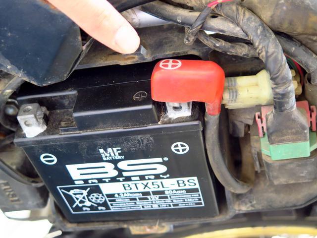 画像2: バッテリーを外す際は、必ずマイナス端子(黒い方)から!
