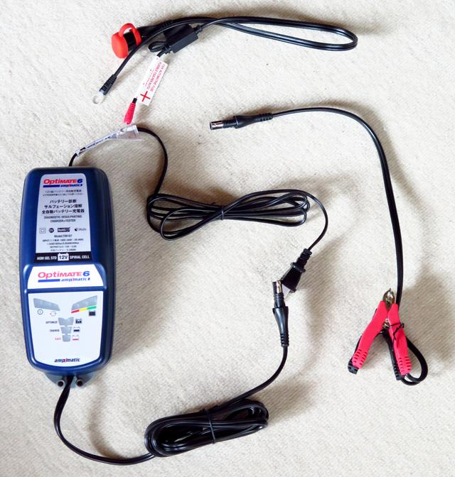 画像: 本体と、ワニ口クリップ、四輪用の車体側ケーブルが同梱されています。