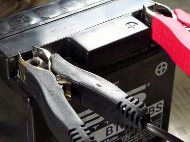 画像: プラス端子に赤、マイナス端子に黒のコードを接続。オプティメート6の場合は、誤って逆に接続するとインジケーターが教えてくれます。