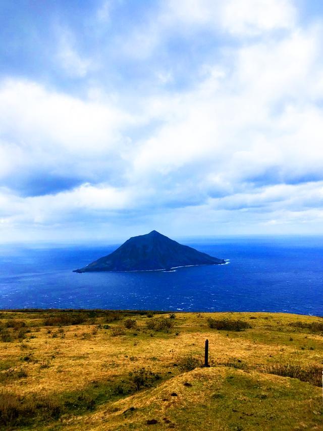 画像: ぽっかりと可愛らしい八丈小島は太平洋に浮かんでいる。