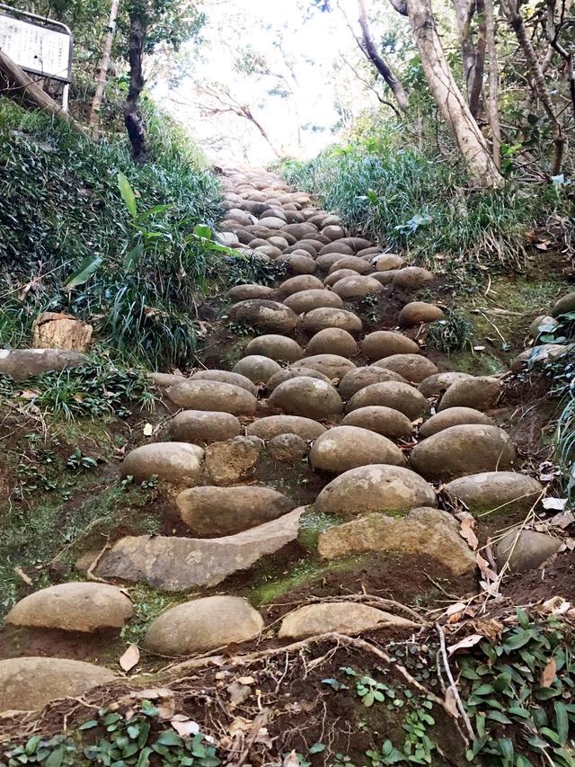 画像: もうひとつ、近くの名所「為朝神社」。ここにある石宮は不思議です。