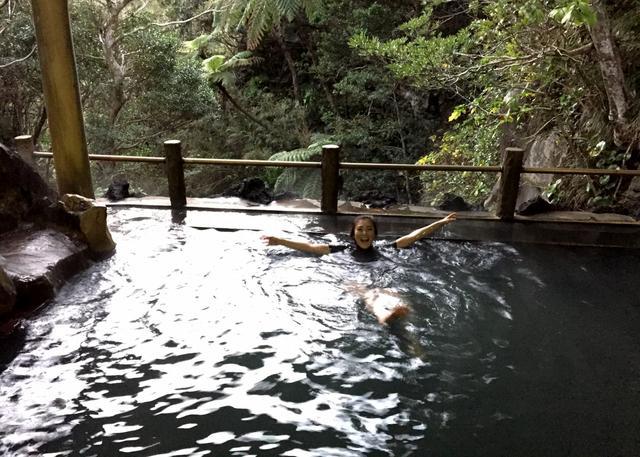 画像: 裏見ヶ滝温泉は、朝9時から21時までで、必ず水着着用。シャンプー石鹸等は禁止です。