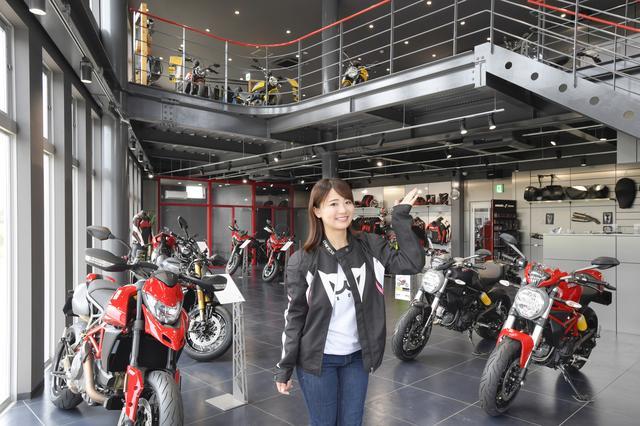 画像: 店内は2フロアで構成され、バイクのジャンルやカテゴリーごとに配置されています。