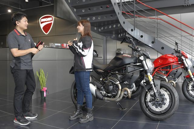 画像: ここぞとばかりに、スタッフさんを捕まえてモンスター797に関する質問をぶつけている様子。やはり、DUCATI最初の1台としてモンスター・シリーズを選ぶ方も多いようです。
