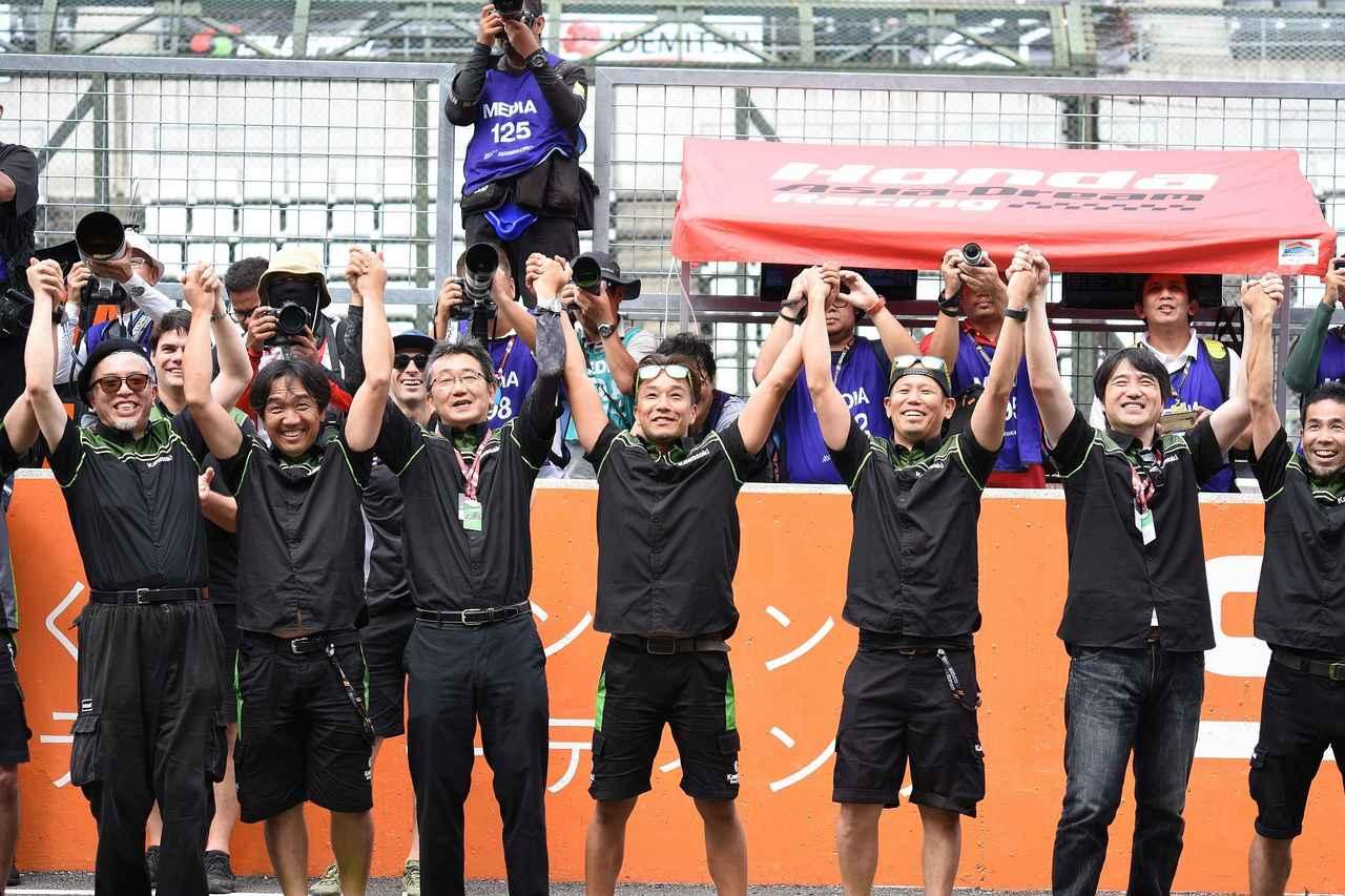 画像: ファドリが登ってる表彰台下はこんな(笑 藤原克昭アジアレース統括のおかげか、カワサキが明るい!
