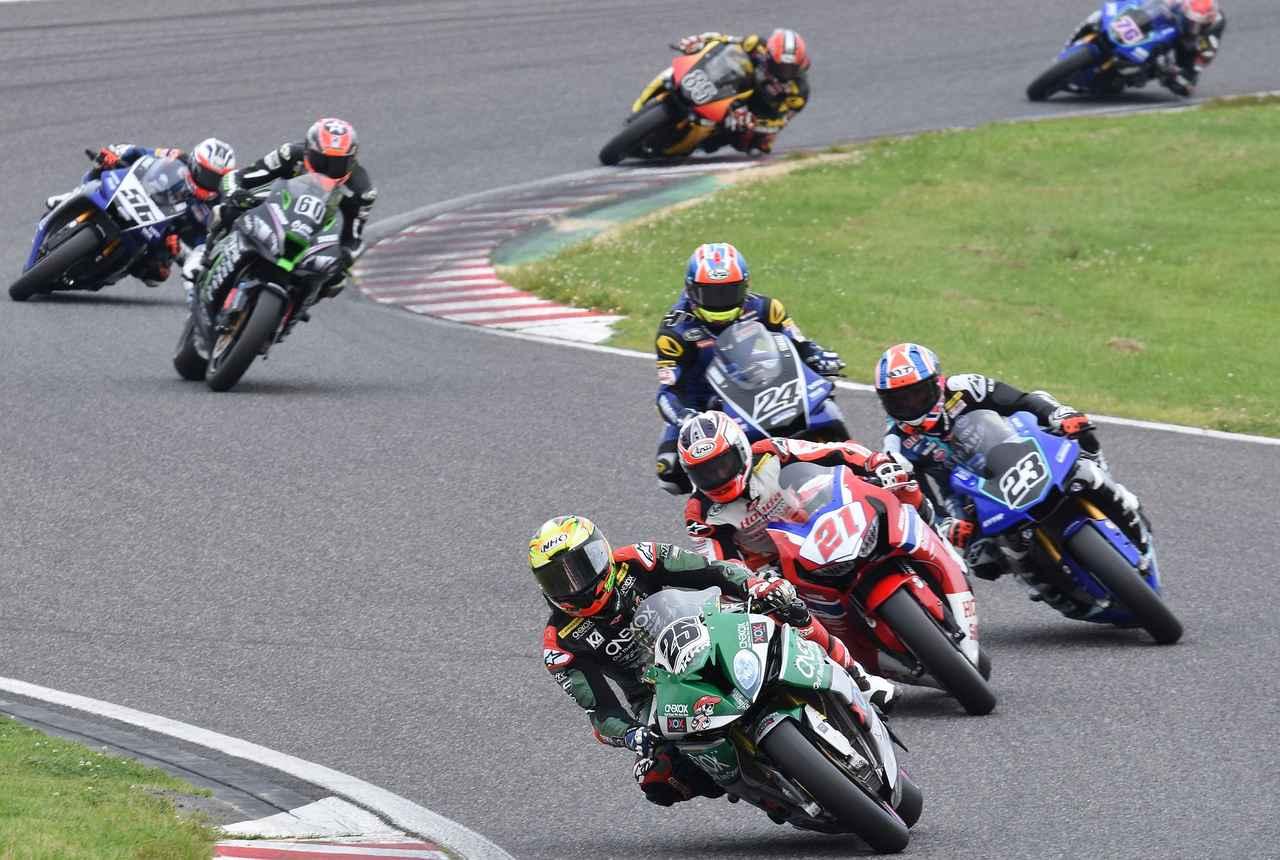 画像: 序盤はいったん#25アズランが先行! カラーリングで分かる通り、Moto2の長島哲太と同じチームです