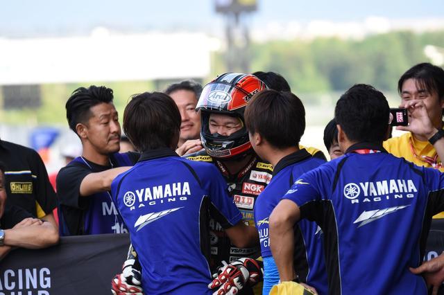 画像: 久しぶりの表彰台、久しぶりの優勝 喜びのスタッフに迎え入れられる中冨