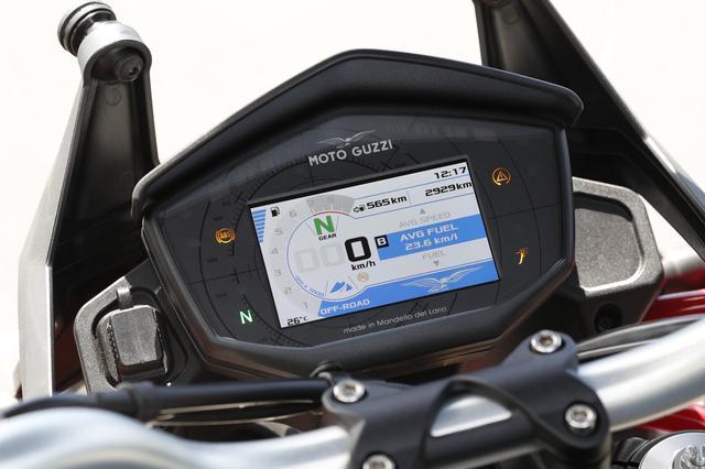 画像: 多機能なカラーTFTメーターを採用。3種類のライディングモードや燃費計なども備える。メーター横とシート下には便利なUSBポートも装備。