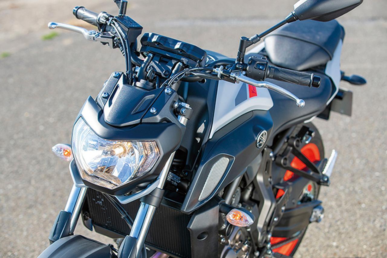 画像: ヘッドライトは昨年型から新形状のものに変更。兄貴分の09にも似たデザインとなり、合わせてサスペンション特性も見直された。
