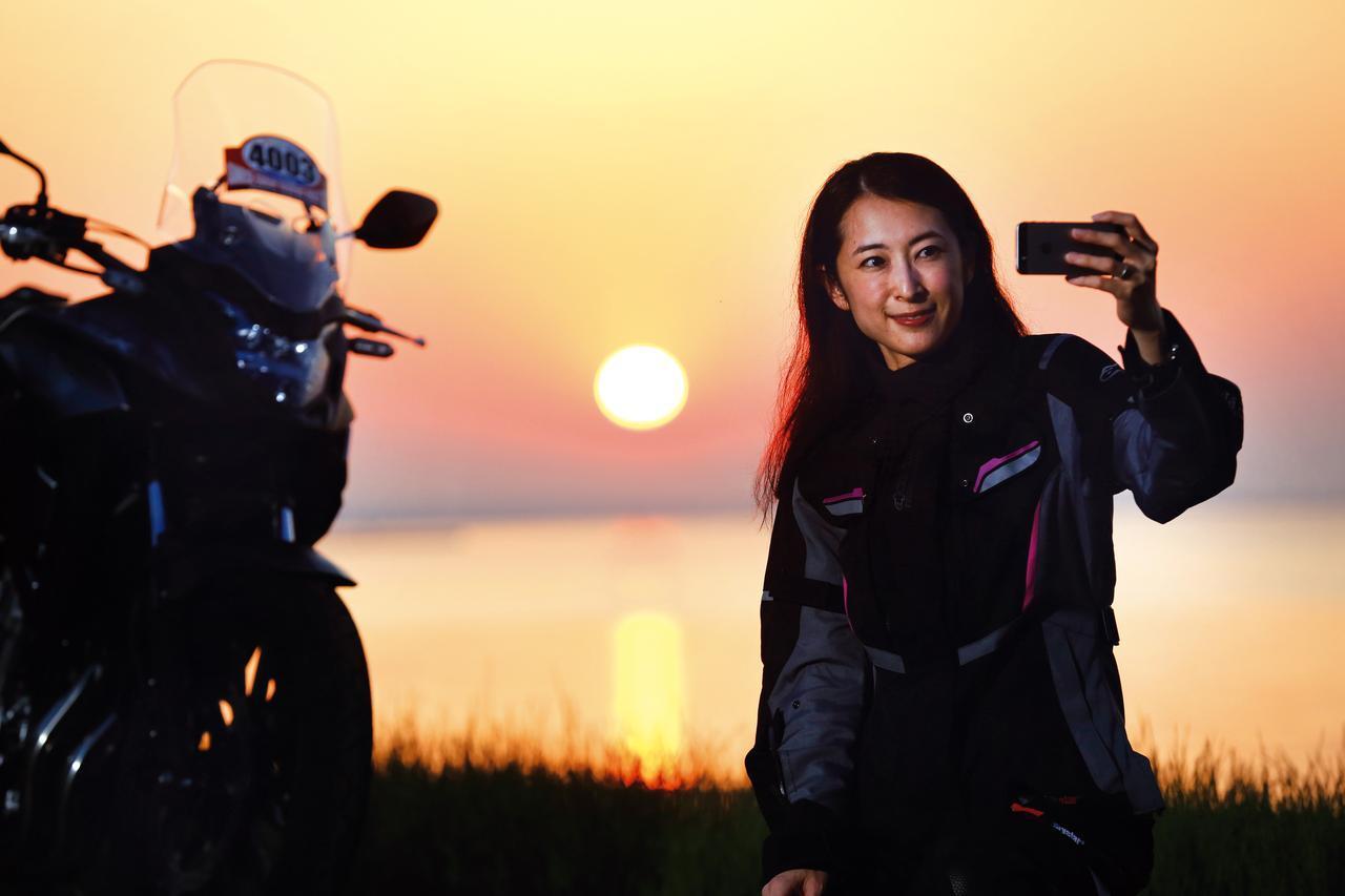 画像: 朝日と共に走り出し、夕日が沈むまでにゴールするラリーイベントSSTR。冒険家「風間深志」が主催し、今年で7年目を向かえたこのイベントに4000人以上ものライダー魅了され続けるのはなぜだろうか?モデルでライダーの朱香が参加したドキュメンタリーレポートをお届け!