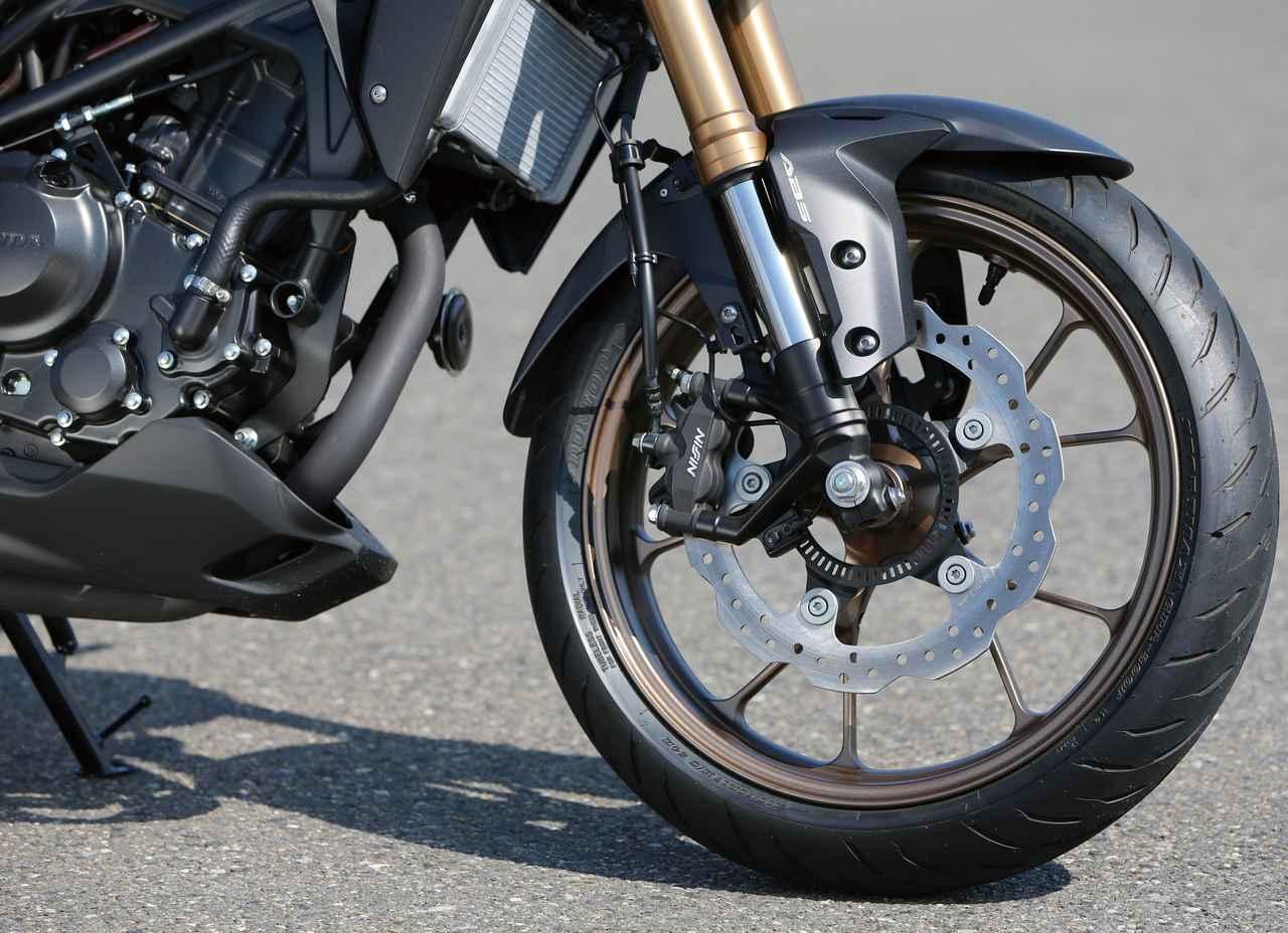 画像: φ41mm倒立フォークで前輪の路面追従性を追求。フレームとの剛性バランスも良好で、上質かつクリアな乗り味を実現している。この2019年モデルからスプリングの設定が見直された。