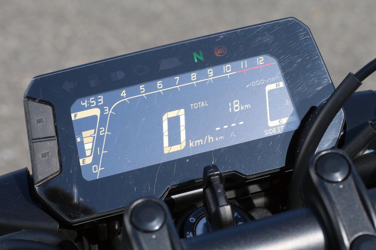 画像: フルデジタル表示のコンパクトな多機能液晶メーターは反転表示の液晶を採用。シフトアップインジケーターやタコメーターのピークホールド機能まで備えている。