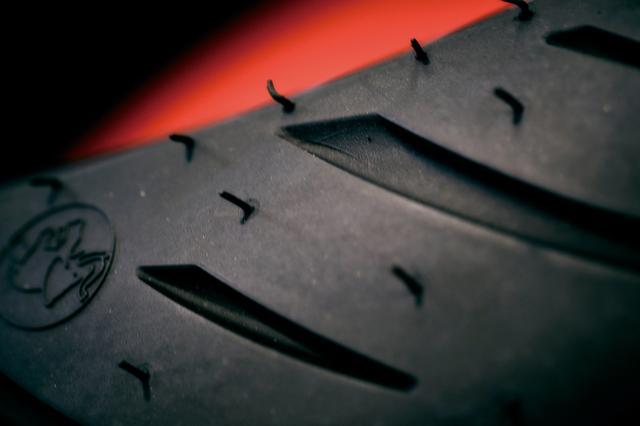 画像: 旋回初期の身のこなしが軽いのは、前輪のトレッドパターンを排水性だけでなく、シャープに寝ていくよう溝の入れ方を追求したおかげ。