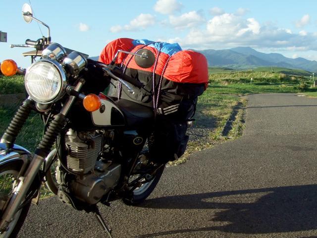画像: 18歳のころの北海道ツーリング。アディダスとナイキのバッグを2段で積んでいました。ザックカバーが全然足りていませんね(汗)。