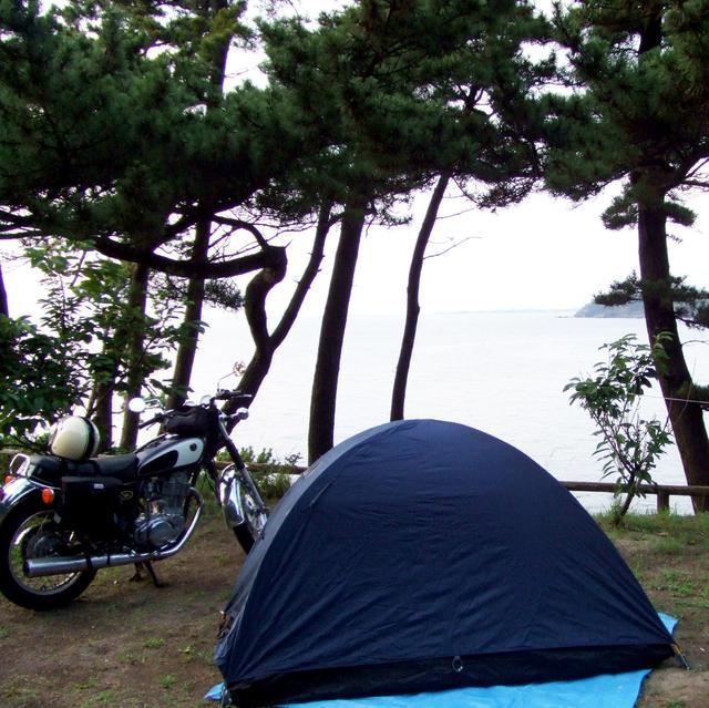 画像: 18歳のころ、秋田県の日本海を見渡すキャンプ場にて。このあと雨が降ってきて、泣けてきました。