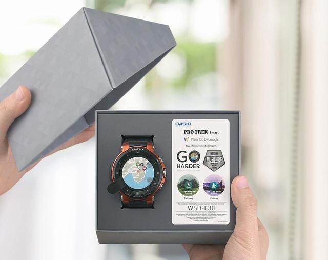 画像: オシャレなケースに収納されている「WSD-F30」。腕時計を買った時の箱を開ける瞬間って、なんともワクワクしますね!