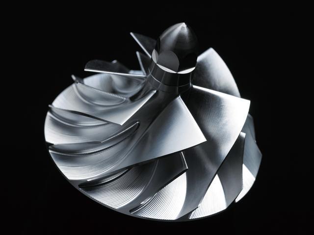 画像: インペラーは高い精度が求められるため、カワサキはこれを内製。アルミ合金から削り出しで製作することで、高い耐久性と品質を確保することに成功している。