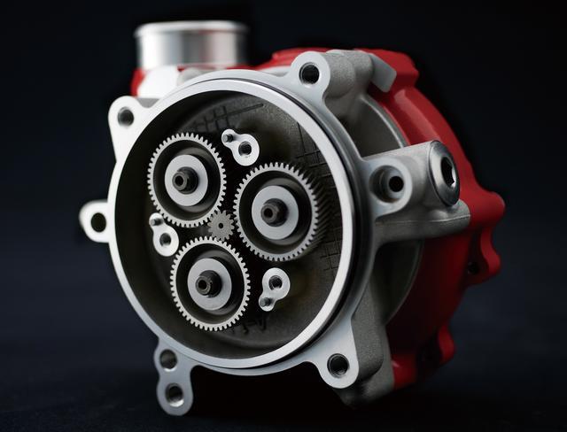 画像: エンジンから動力を取り、その回転数を高めてインペラーを回すため、インペラーの駆動には遊星ギア方式が採用され、最高13万回転という驚異の高回転化も実現した。