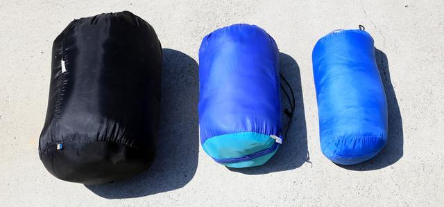 画像: 一番右が現在使っている羽毛の寝袋。左と中央は化繊タイプ。一番左の寝袋は、何も知らず初めて買ったもの。
