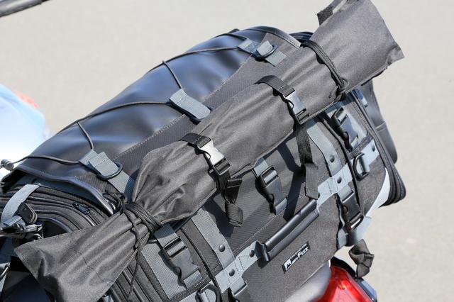 画像: キャンピングシートバッグ2は、両サイド部も開口できるので、中へ収納することもできます。