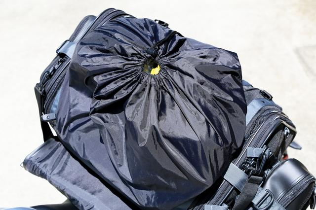 画像: この袋はドローコードで絞れるので、落とす心配もありません。